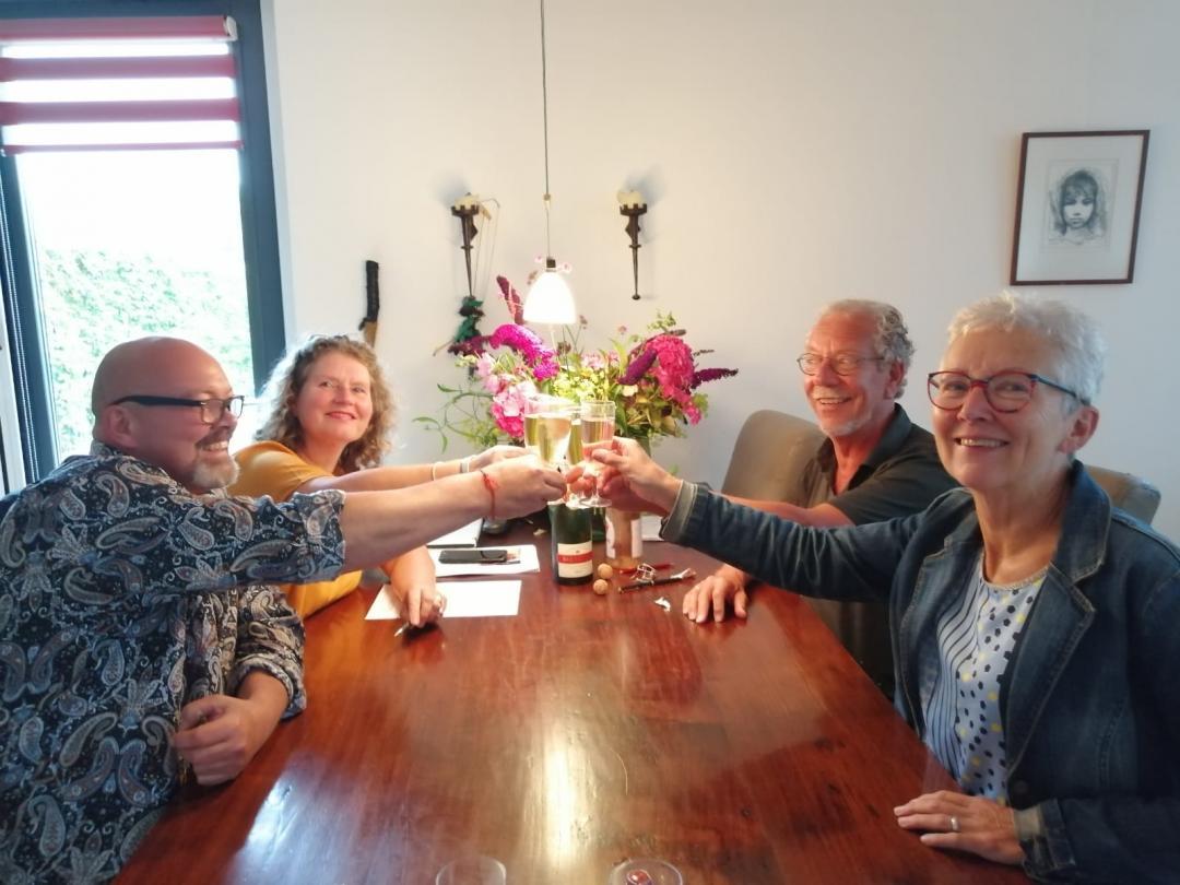 Mark en Patricia (links) klinken op de overname Herbergier Zoetermeer